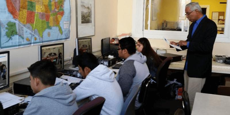PNC Vice President Nelson Acevedo teaches computer skills.